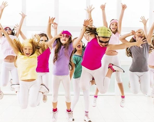 ninos bailando y divirtiendose