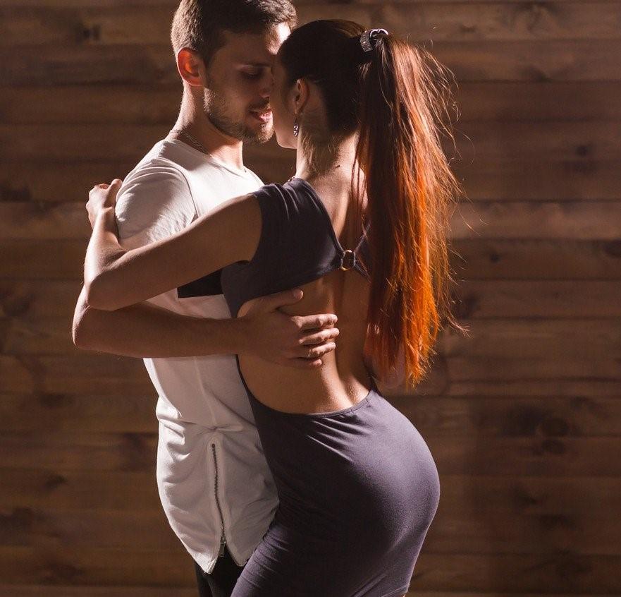 pareja bailando bachata